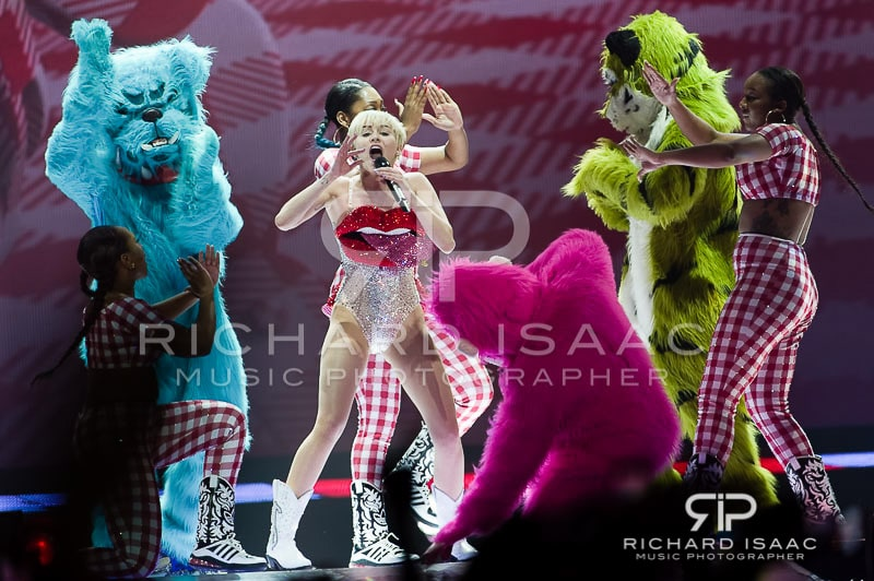 wpid-06-05-2014_Miley_Cyrus_concert_The_O2_Arena_002.jpg